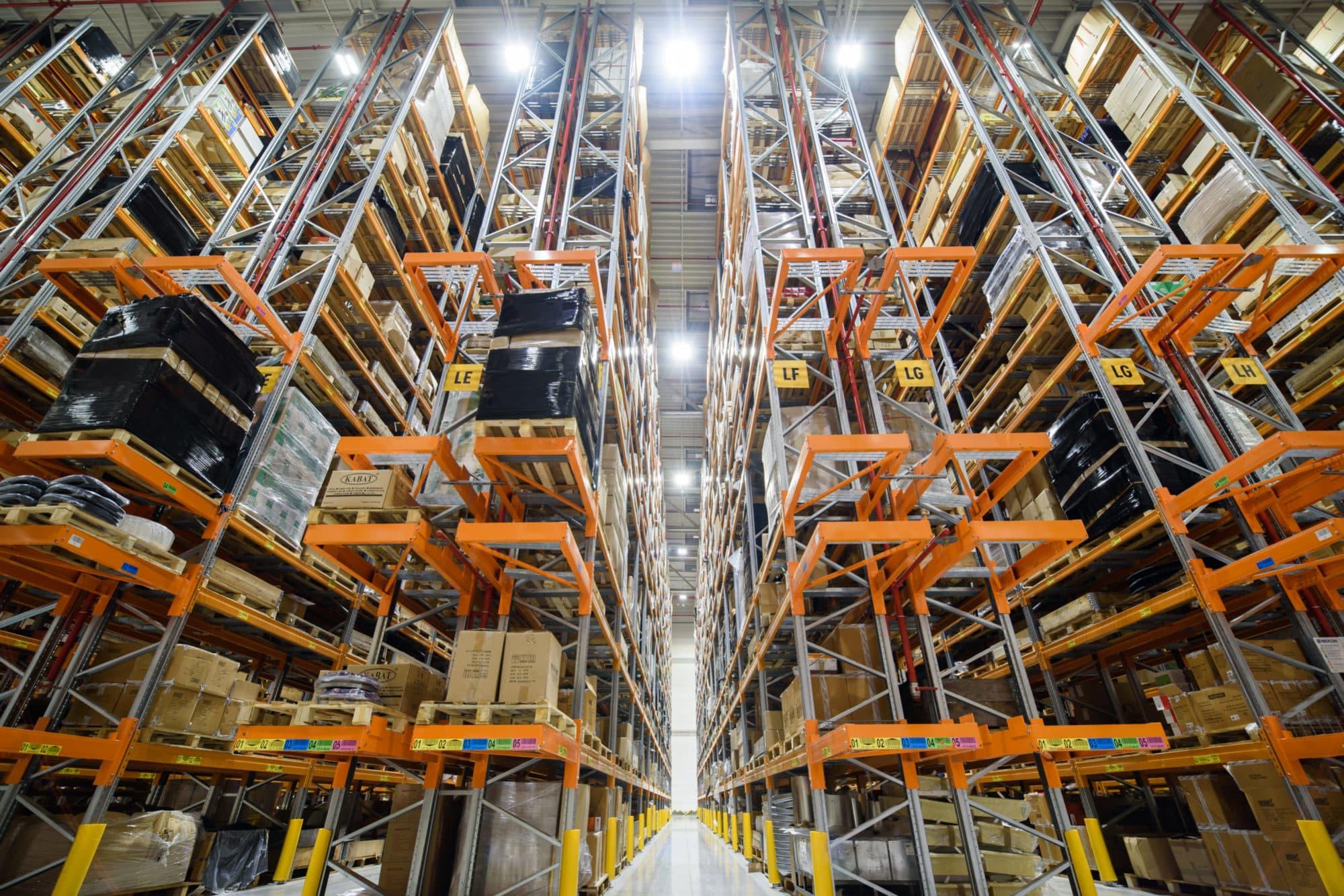 Oprawy przemysłowe Highbay w magazynie wysokiego składowania firmy Grene Kramp - Luxon LED