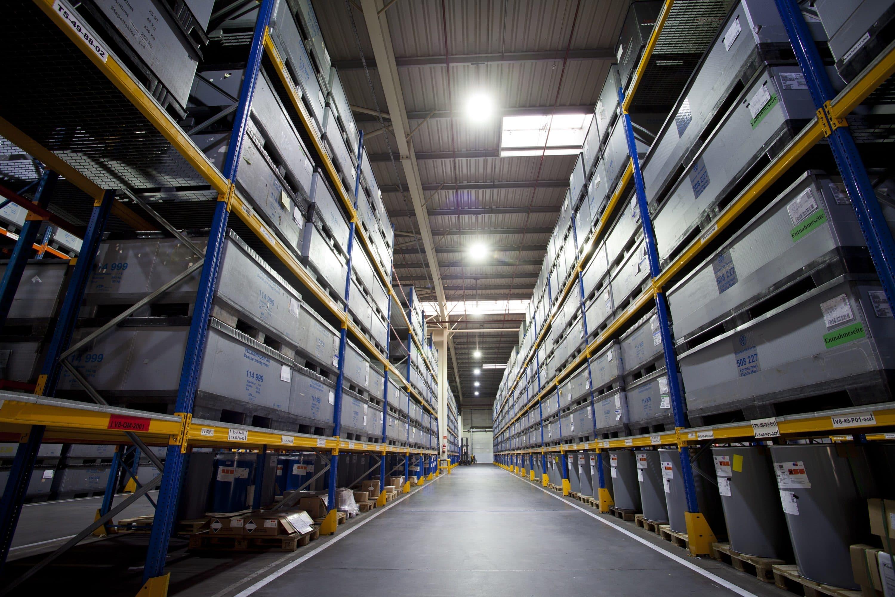 Oprawa Highbay doświetlająca regały w magazynien wysokiego składowania firmy Panopa - Luxon LED