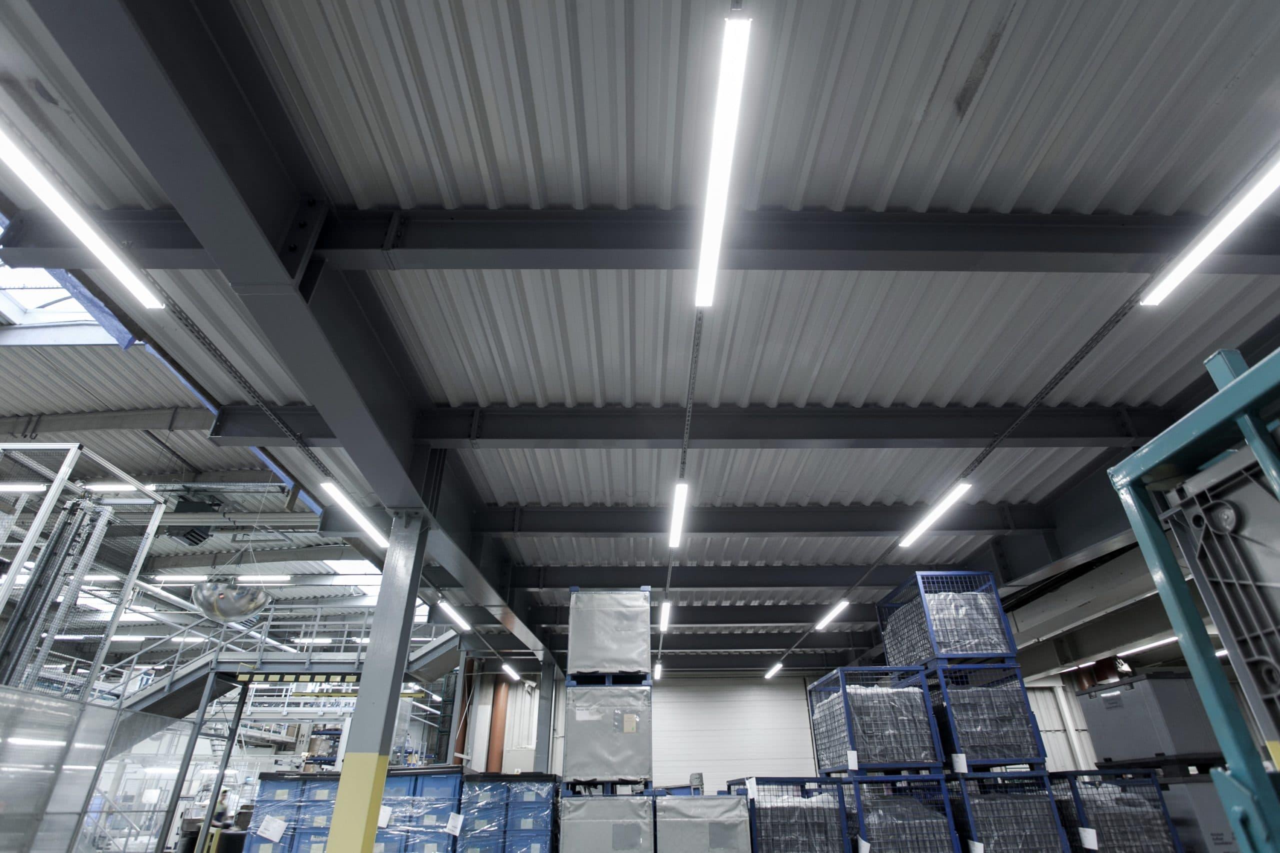 Hala magazynowo-produkcyjna firmy BSH po modernizacji oświetlenia na Industrial - Luxon LED