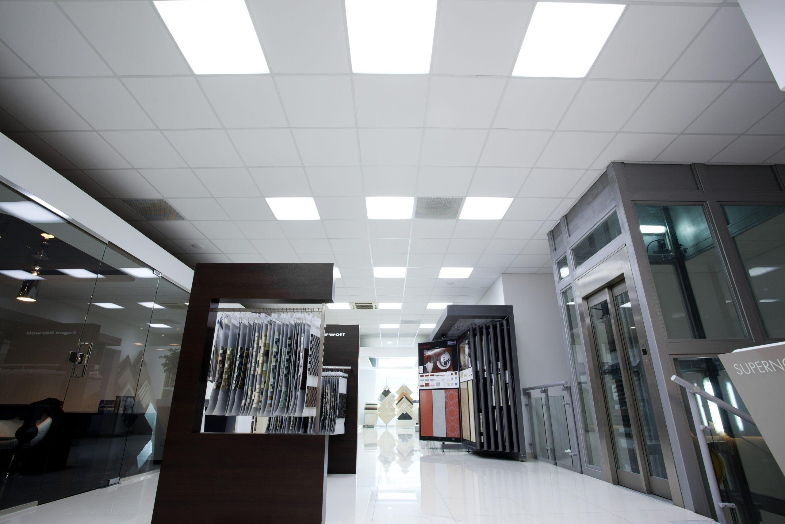 Oprawy biurowe Edge w salonie sprzedaży firmy Cermag - Luxon LED