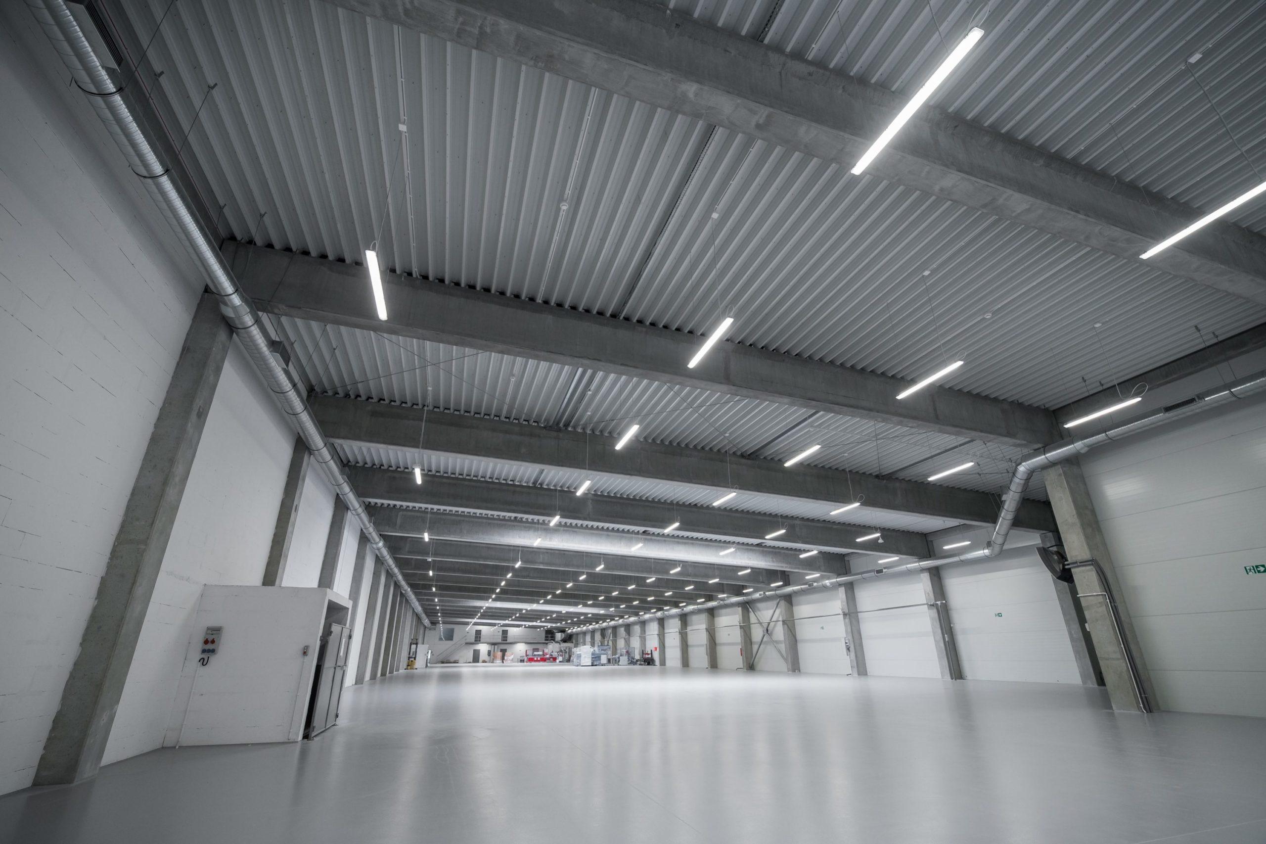 Oprawy przemysłowe Ultima w hali firmy Euroimpex - Luxon LED