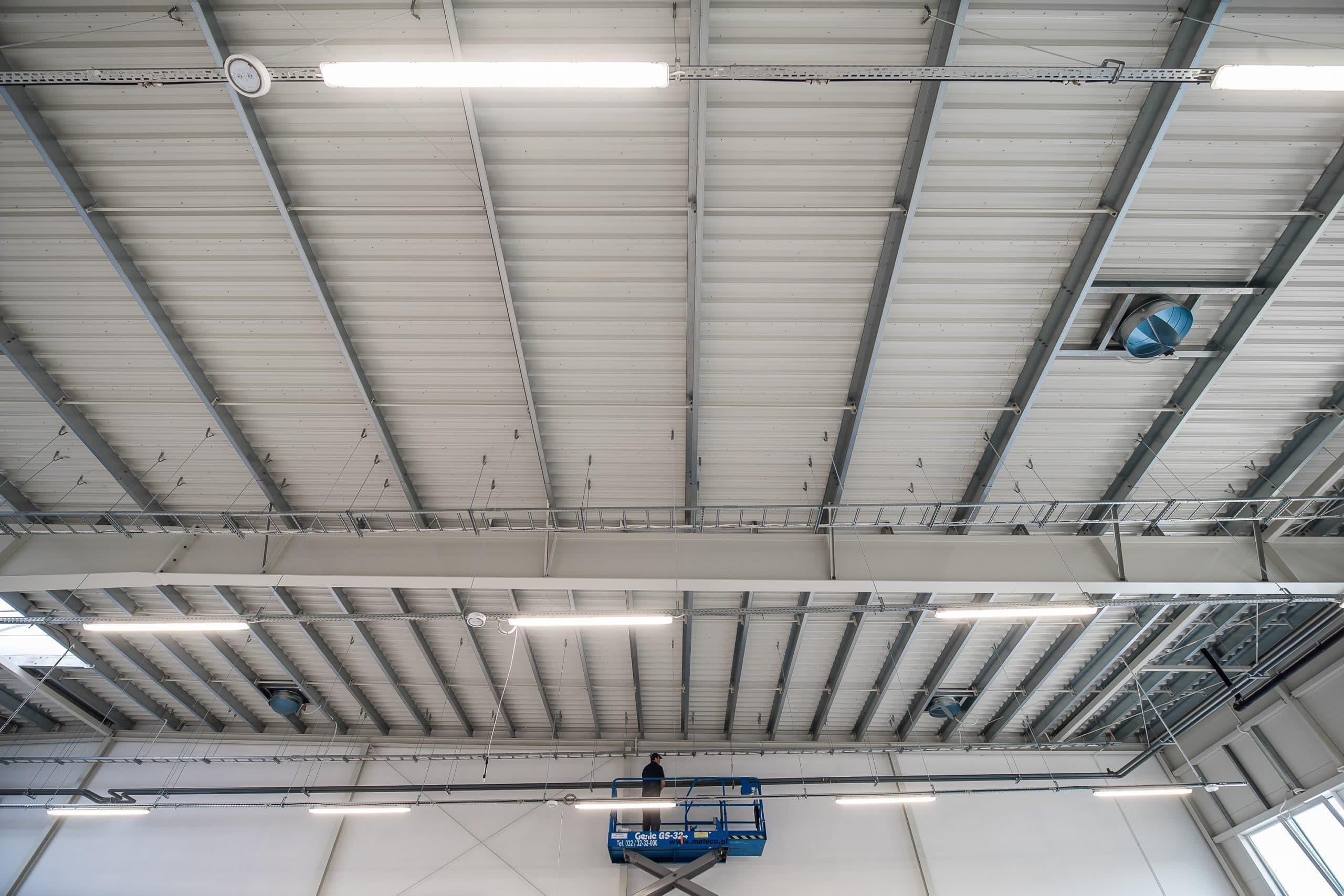 Oprawy Industrial w hali przemysłowej firmy Legs - Luxon LED