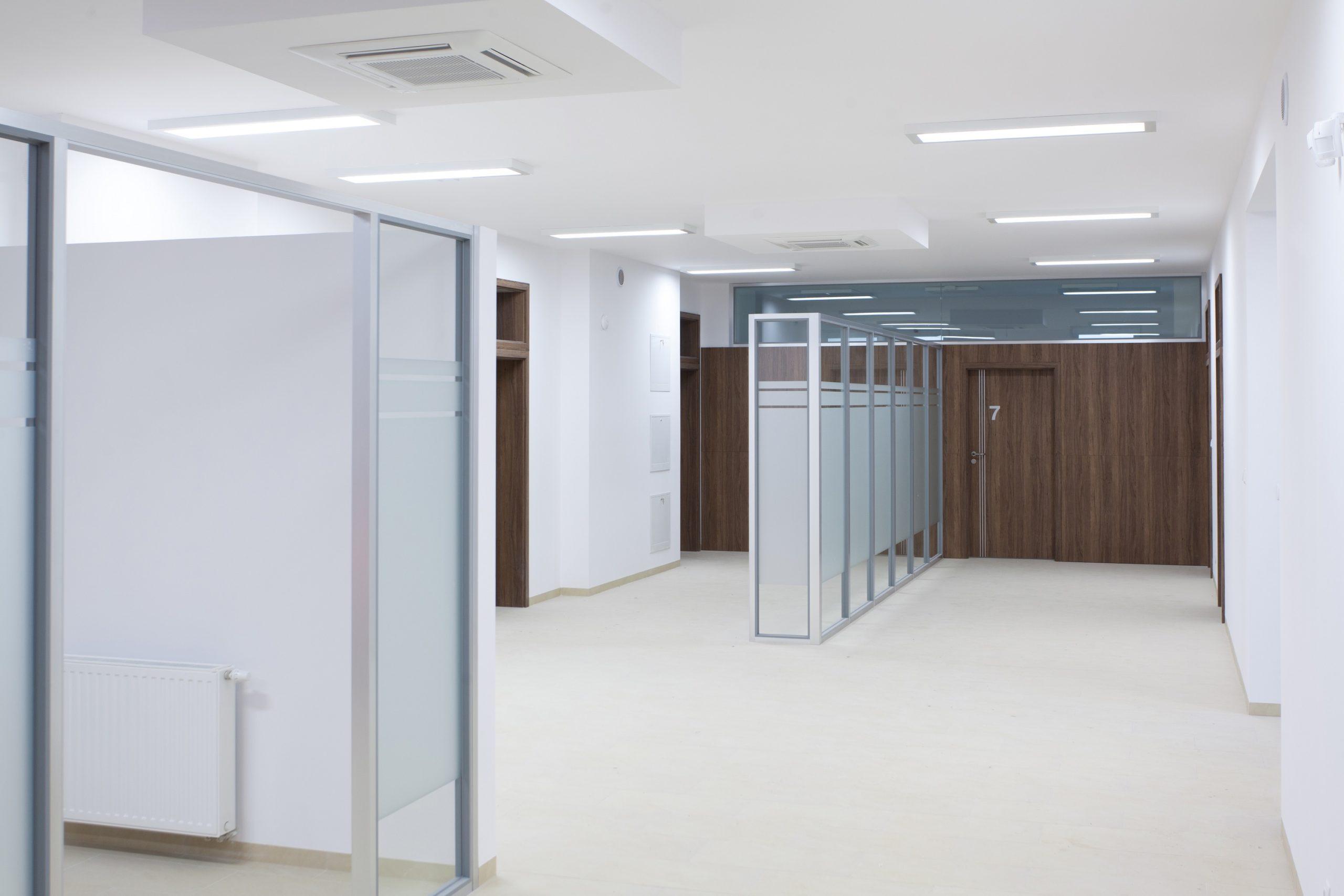 Oprawy biurowe Edge w budynku przychodni w Sztumie - Luxon LED